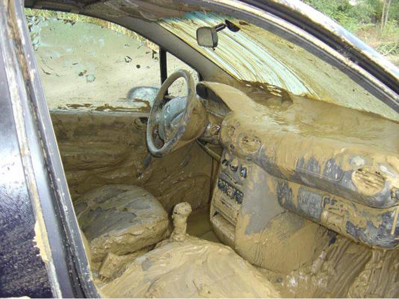 L'interno di un'auto investita dall'acqua dell'alluvione