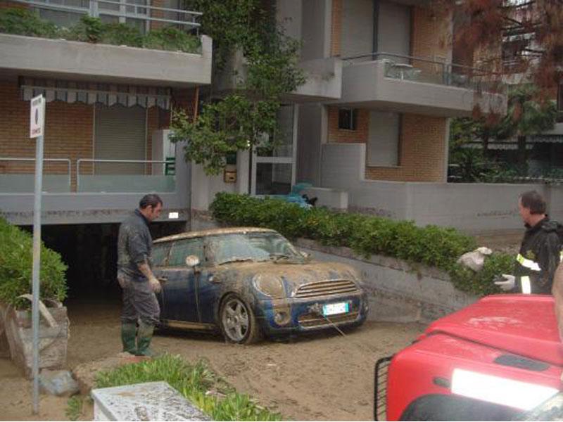 Un'auto recuperata da un garage a Tortoreto