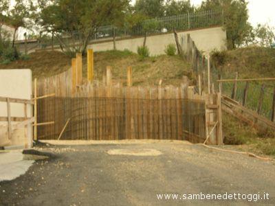 Il cantiere edile che sbarra la strada in via Montebianco, in contrata Monterenzo