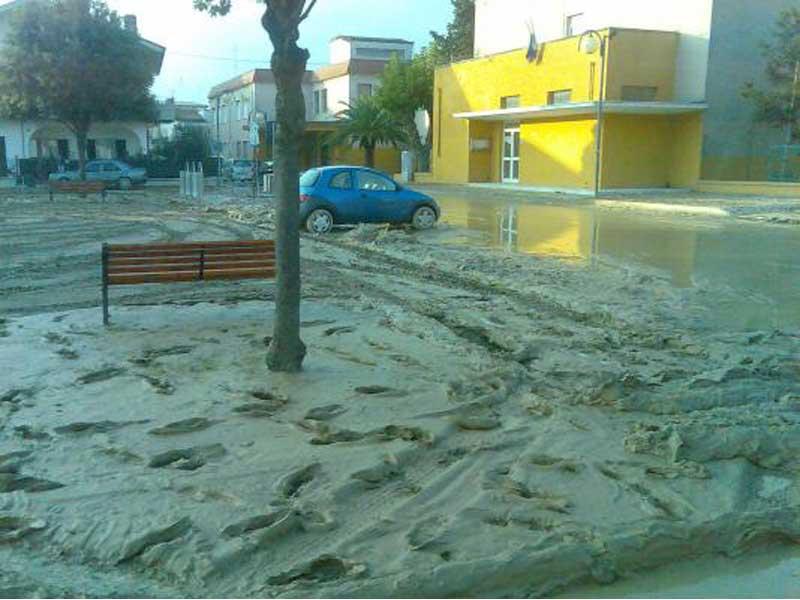 Il fango per le strade di Tortoreto all'indomani dell'alluvione