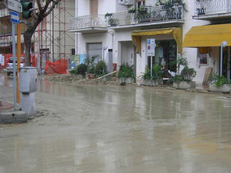 Una strada ancora piena di fango