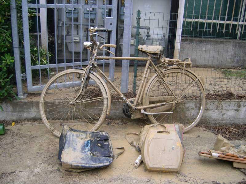 Una biciletta appena recuperata da uno scantinato invaso dal fango