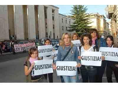 Giovani manifestano di fronte al tribunale di Ascoli Piceno durante il processo contro Marco Ahmetovic (foto Ansa)