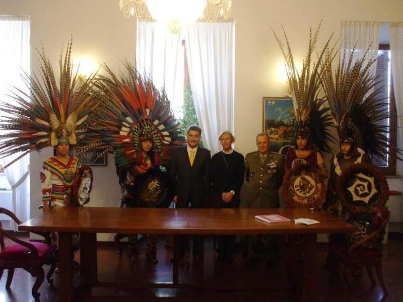 La delegazione azteca in costume tradizionale accolta in municipio.