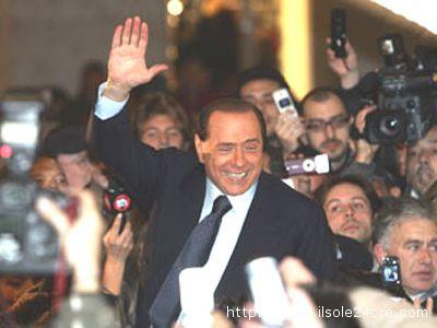 Silvio Berlusconi a Milano, in Piazza San Babila, annuncia lo scioglimento di Forza Italia e la nascita del Ppil, il 18 novembre 2007