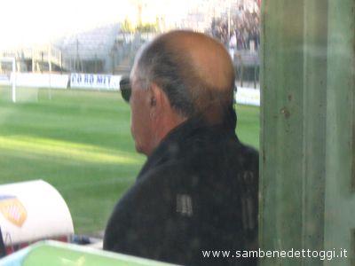Il team manager Francesco Chimenti guarda sconsolato verso il campo al termine di Pistoiese-Samb