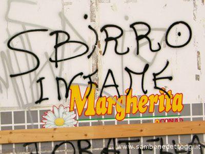 Una scritta contro la polizia presente in via Umbria, una traversa di Viale De Gaspari