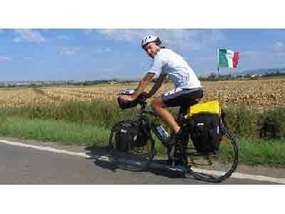 Matteo Scarabelli, messaggero di pace, in sella alla sua bicicletta