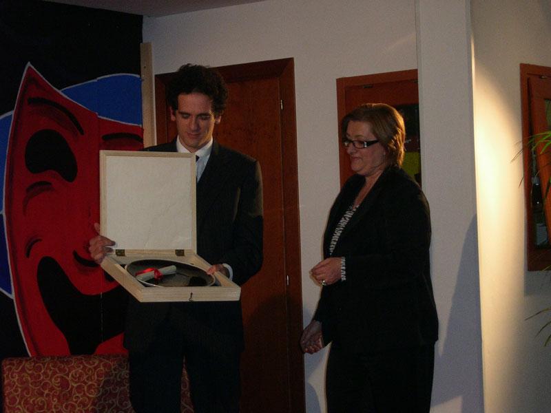 Giacinto Palmarini premiato dalla signora Di Nicola