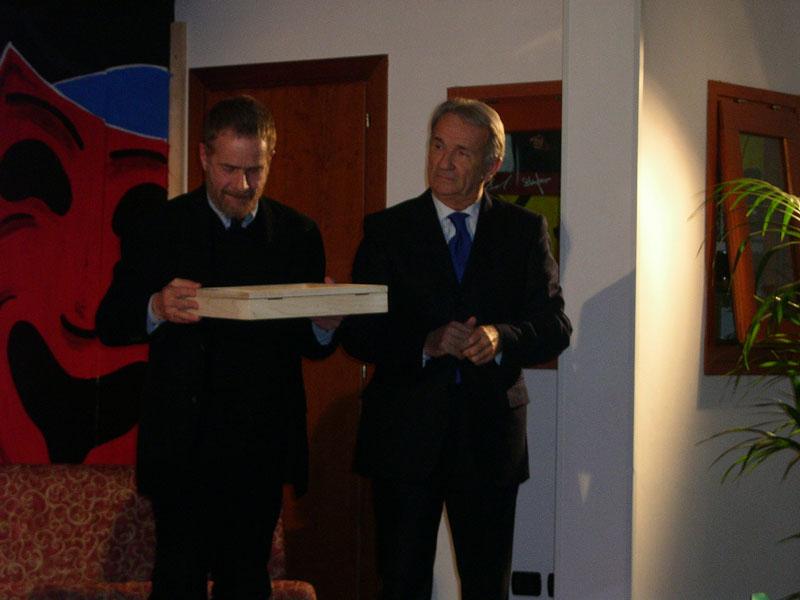 Gabriele Lavia riceve il premio dal direttore della Asl di Teramo