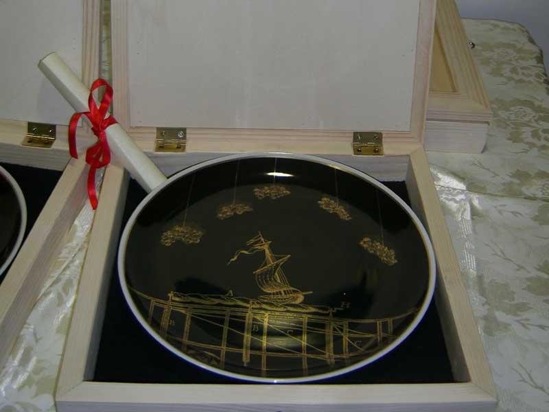 Il premio assegnato, un piatto in ceramica realizzato dall'artista pescarese Sandro Visca