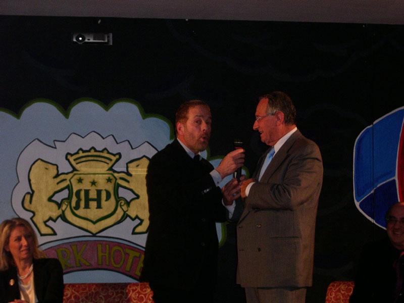 Gabriele Lavia invita sul palco il sindaco Di Salvatore