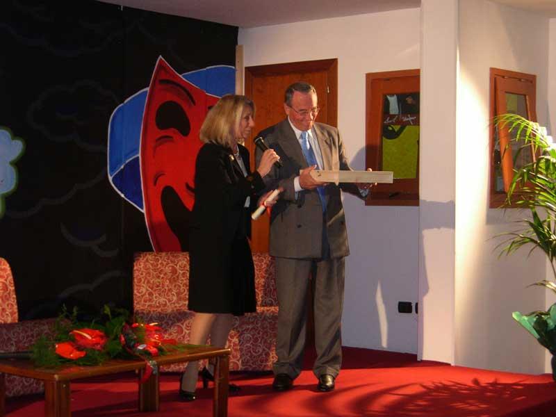 Giovanna Milella premiata dal sindaco Di Salvatore