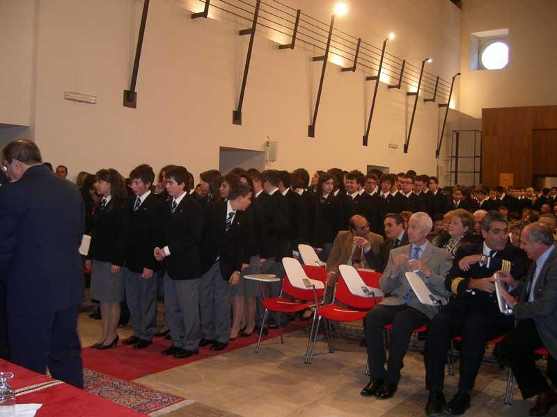Gli alunni in attesa di ricevere il distintivo dell'anno scolastico in corso