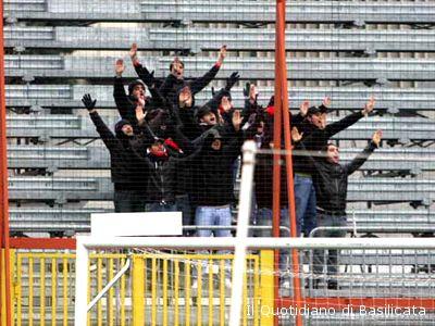 Gli ultras rossoblu a Potenza (foto: Il Quotidiano di Basilicata)