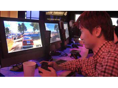 Un ragazzo alle prese con un videogiochi
