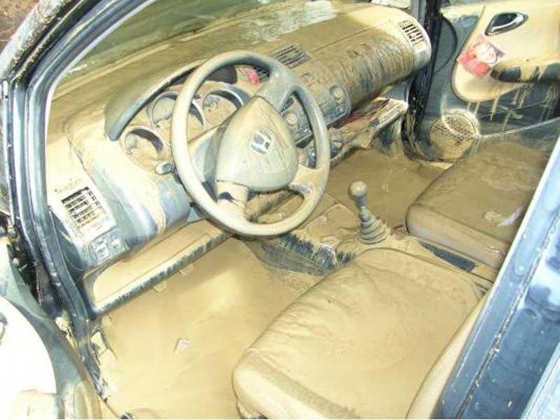 Un'auto danneggiata dall'alluvione