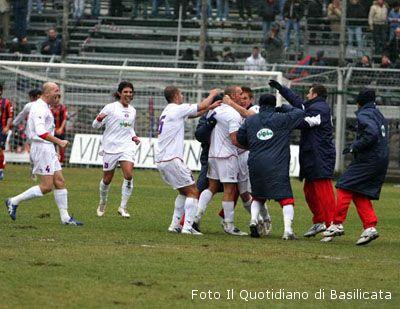 Ferrini festeggiato dai compagni di squadra dopo il gol segnato al Potenza