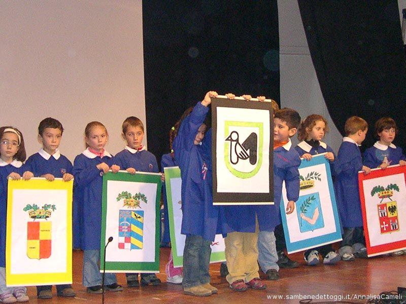 Gli alunni durante le prove: gli stendardi delle cinque Province ed il simbolo della Regione Marche