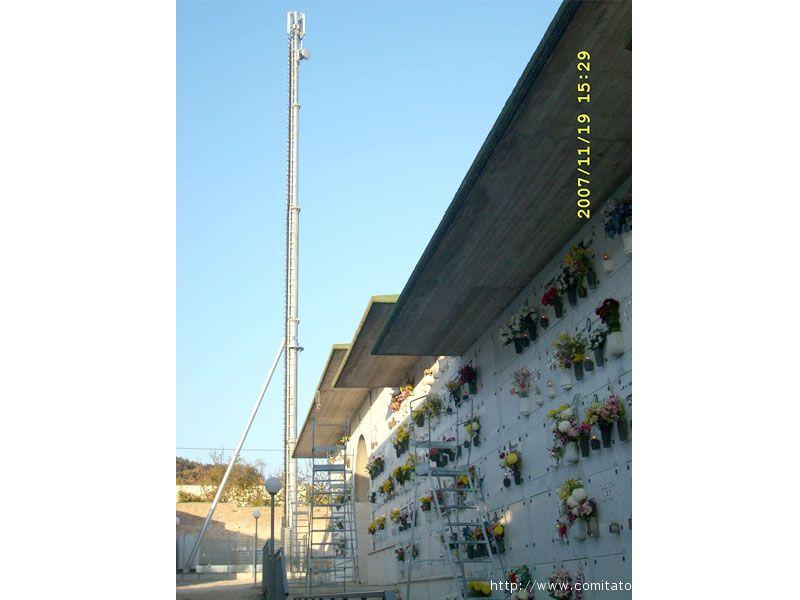 L'antenna situata all'interno del cimitero di grottammare