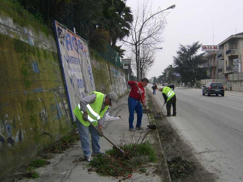 Alcuni residenti della contrada San Giovanni intenti a pulire i marciapiedi