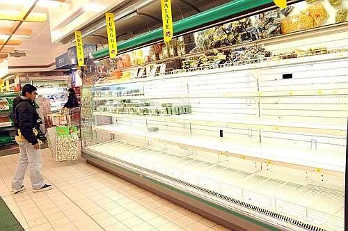 Roma, lo scaffale di un supermercato del centro storico completamente vuoto. Le grandi distribuzioni non riescono ad approvvigionarsi delle merci necessarie a causa dello sciopero dei trasporti in atto (foto Emmevi)