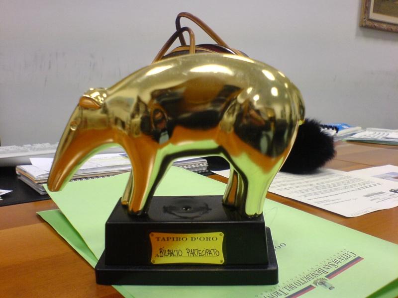Il Tapiro D'Oro consegnato all'amministrazione.