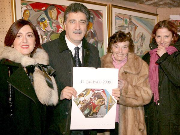 È stato presentato domenica il calendario del Tarpato 2008. Tiziana Capocasa, curatrice, il Sindaco Luigi Merli, la sorella del Tarpato Anna Pomili e la nipote Antonella.