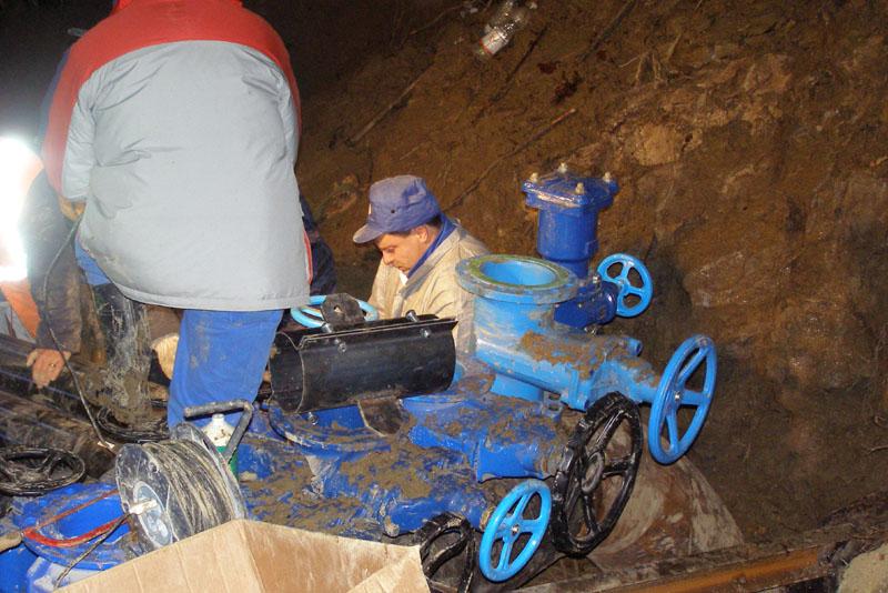 Operai del Ciip al lavoro sulle tubature idriche di Tallacano