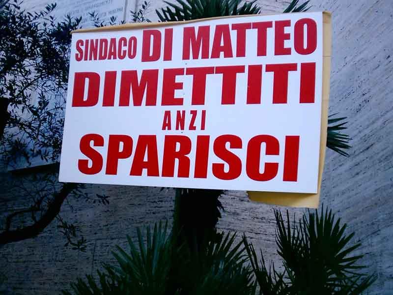 Un cartello di protesta contro il sindaco di Tortoreto Domenico Di Matteo