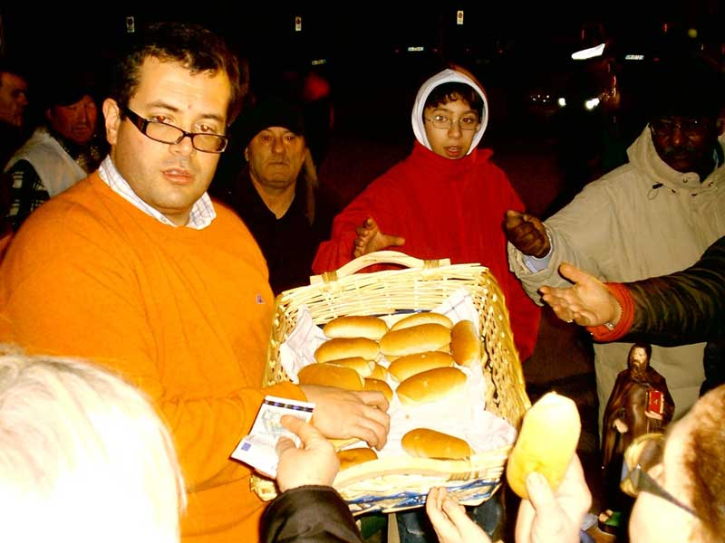 La distribuzione dei pani dopo la benedizione