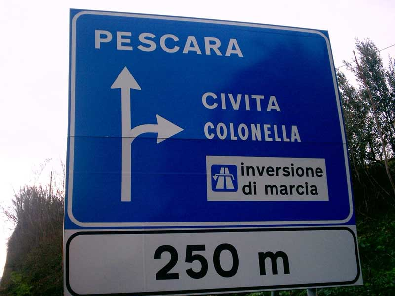 Il cartello stradale con la scritta errata