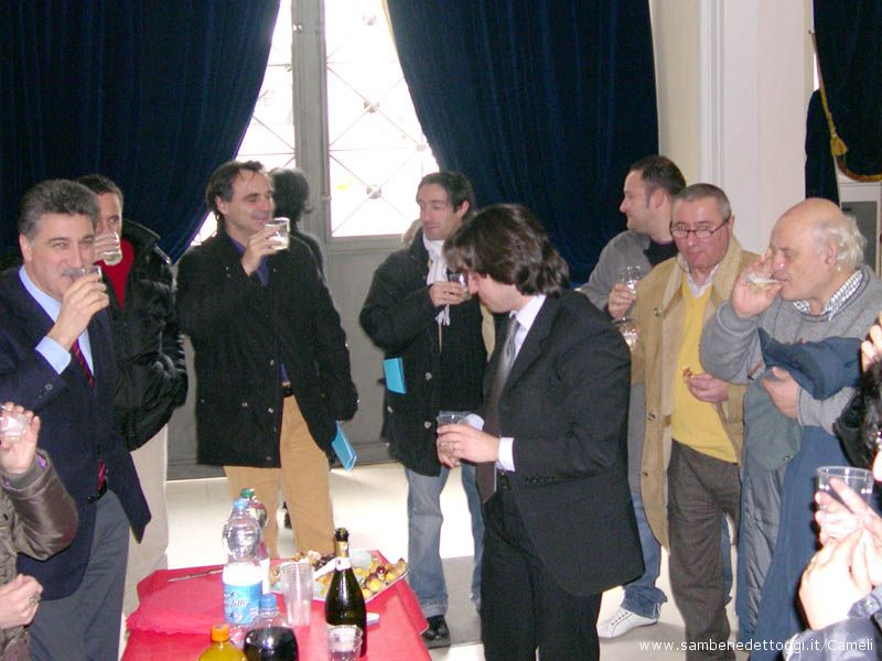 Il Sindaco Merli e l'Assessore Piergallini brindano assieme alle Associazioni