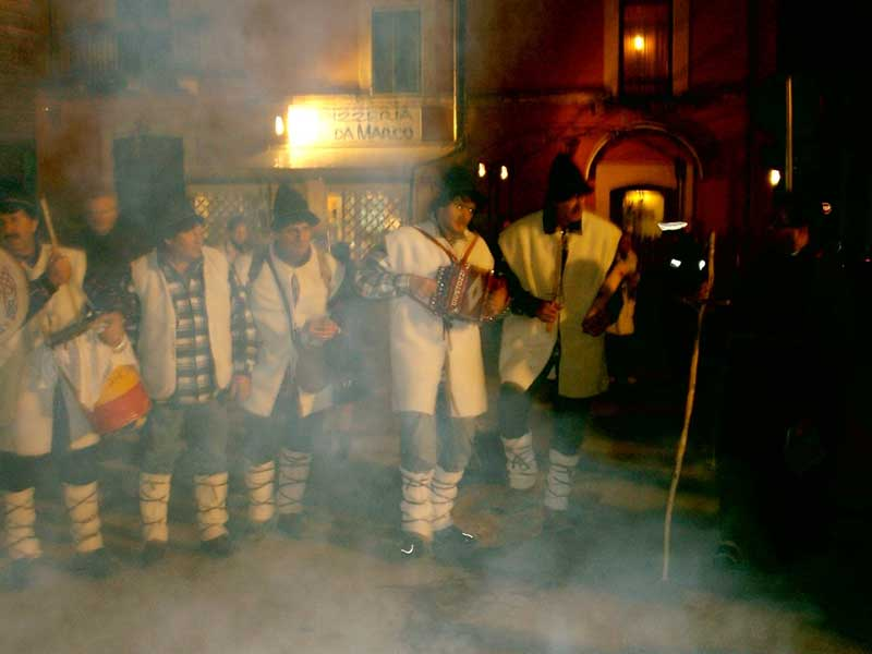 Nel corso della festa, attraverso canti e balli si ripercorre la storia del Santo
