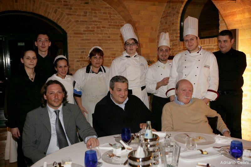 Lo staff del Cantuccio con tre ospiti di eccezione: il segretario provinciale della Confapi Roberto Corradetti, l'imprenditore Nazzareno Torquati e il direttore sportivo della Samb Enzo Nucifora