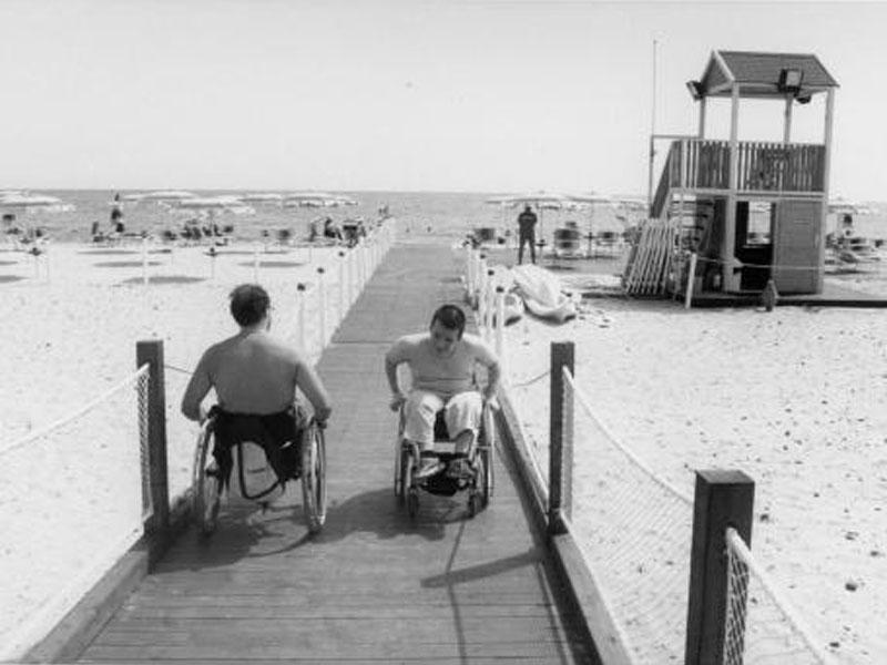 Una passerella in legno permette di accedere comodamente alla spiaggia