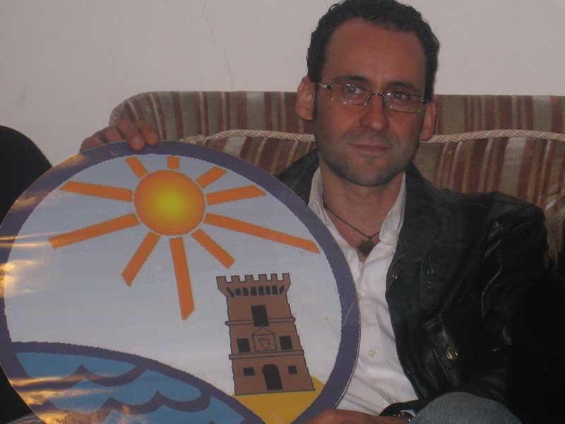 Massimo Clementoni con lo stemma della Pro Loco