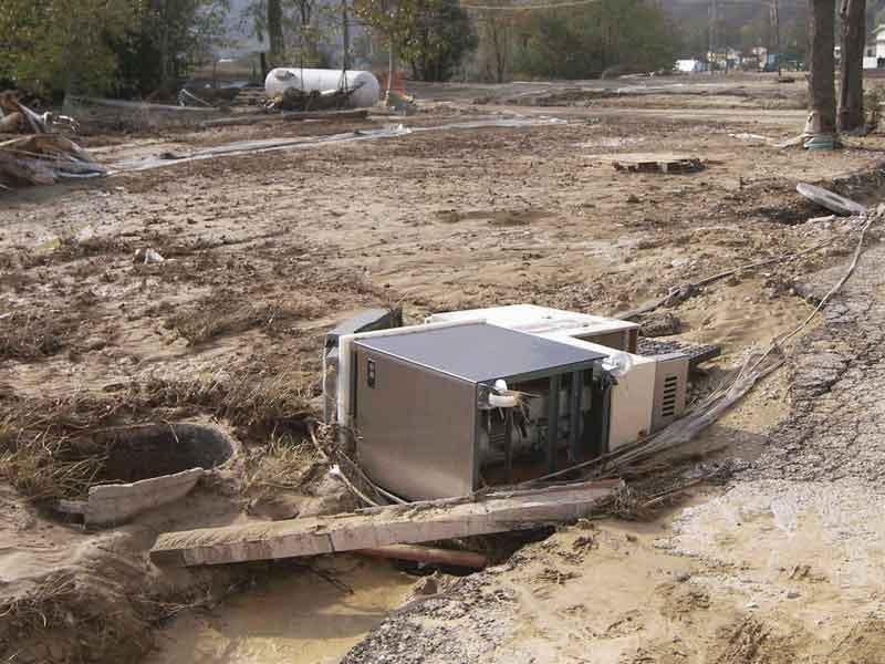 Un elettrodomestico scaraventato per strada dalla furia dell'alluvione