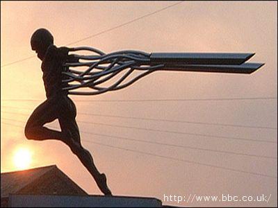 Una scultura di Icaro ad opera dell'artista Mike Kirkup, in Inghilterra