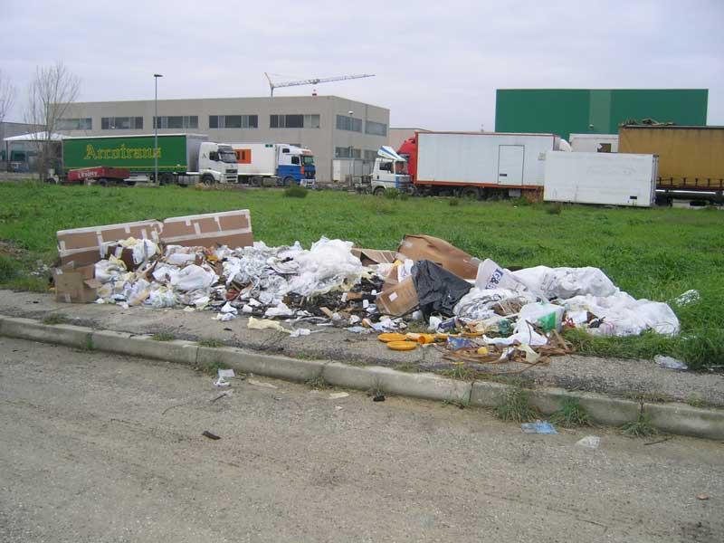 Una serie di rifiuti abbandonati sul ciglio di una strada della zona industriale di Vallecupa