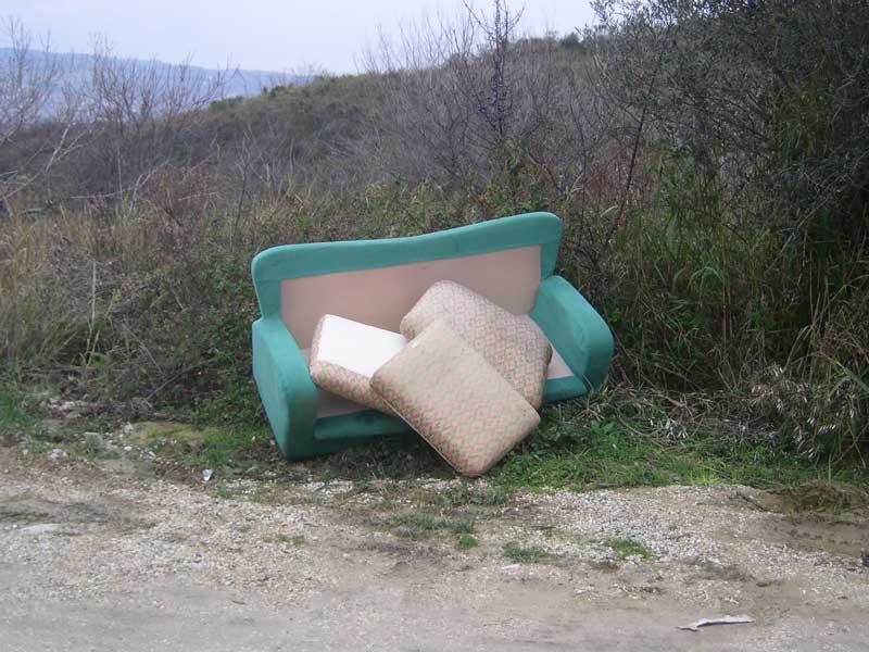 Un rifiuto ingombrante abbandonato lungo una strada comunale di Vallecupa