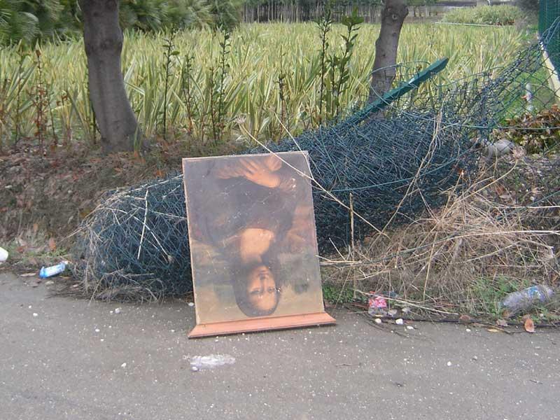 Tra i rifiuti abbandonati si trova di tutto. Questo quadro ha fatto bella mostra di sè per un paio di giorni sul ciglio di una strada