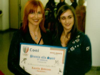 La maratoneta Lorella pedicone riceve il premio dalla capionessa mondiale di pattinaggio Debora Sbei