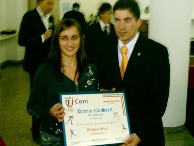 Debora Sbei riceve il premio dall'emittente televisiva Rete 8