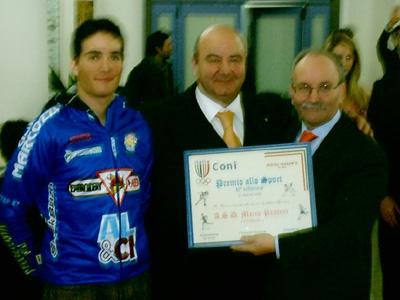 Angelo Marcozzi riceve il premio per l'Asd