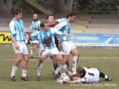 Campobasso-Centobuchi 3-1. Un'uscita del portiere biancoceleste Merletti