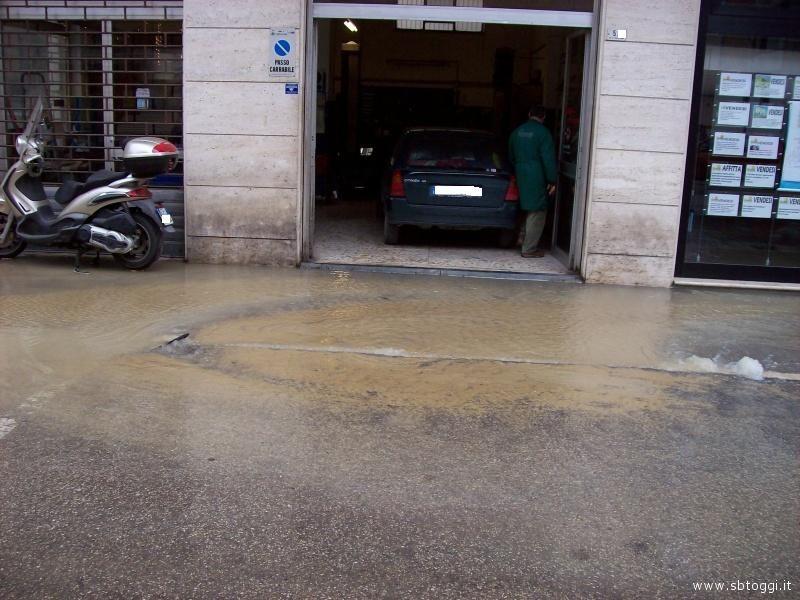 L'acqua rischia di entrare nei garage e nei primi piani delle abitazioni