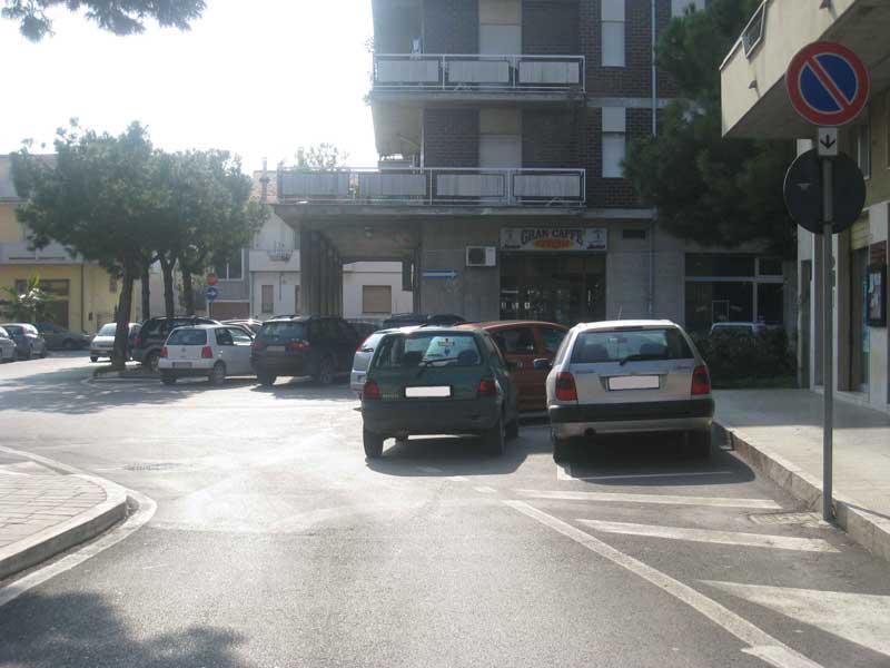 Piazza Municipio, incrocio con via Palma: la strada è ristretta da un parcheggio in doppia fila