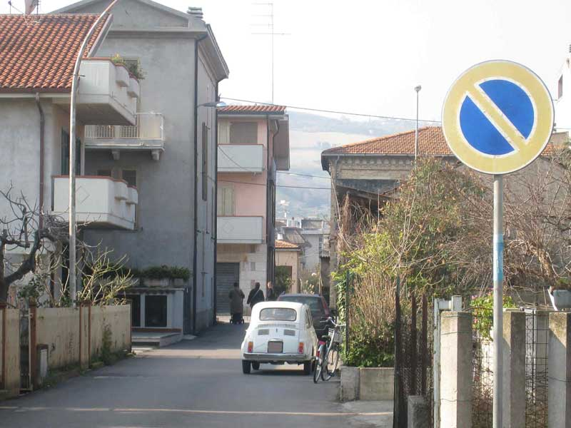 Via Paolucci: doppia fila in divieto di sosta