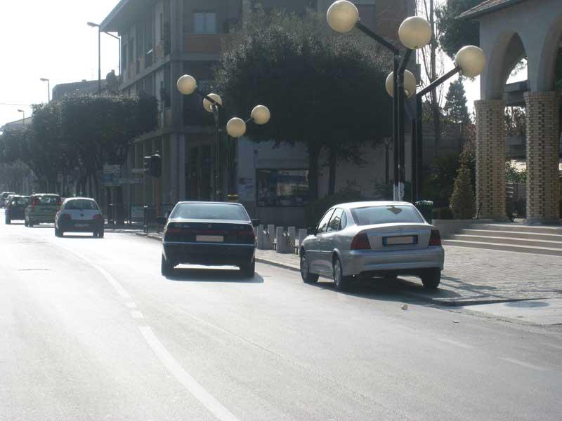 Incrocio in Piazza Cavour: parcheggio sul marciapiede della chiesa, in prossimità del semaforo